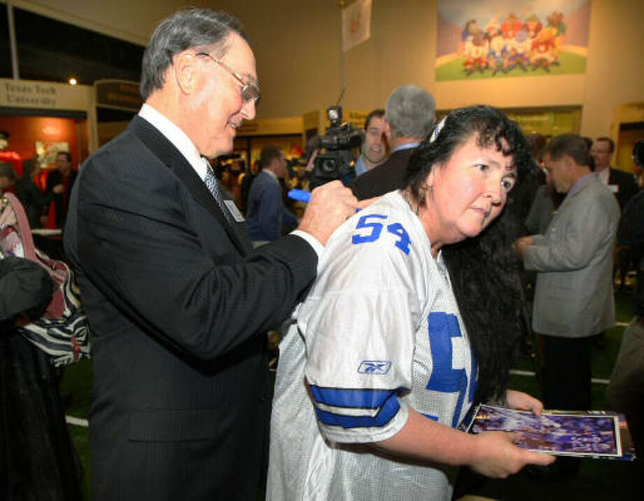 Former Dallas Cowboys linebacker Chuck Howley signs a jersey for football fan Sheila Jones of Texarkana. Photo: Jerry Larson, AP