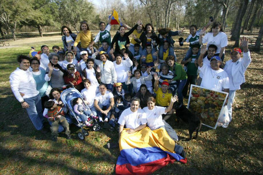 Las familias Tafhurt, Dorronsoro, Motta, Yunda, Vargas, González, Rodríguez, Tavares, Amaya y Certuche forman una asociación colombiana en Houston. Photo: KAREN WARREN, LA VOZ