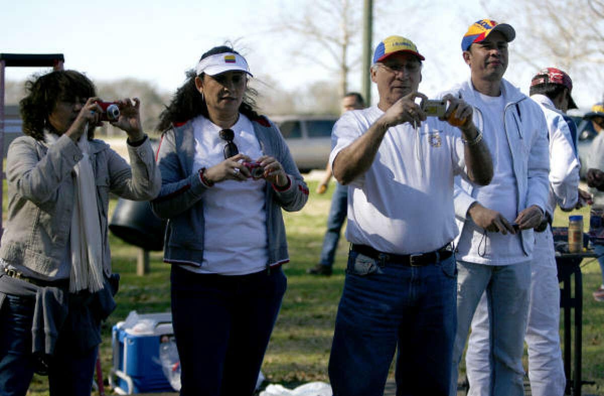 Las familias colombianas de Houston aprovecharon la reunión del picnic para tomarse fotos entre ellas, en un parque de Katy.