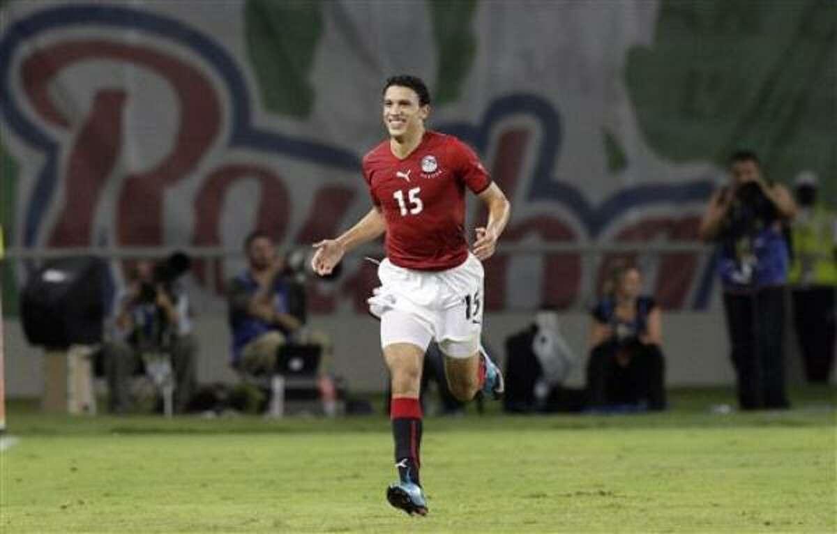 El jugador de Egipto, Mohamed Nagui, festeja un gol contra Argelia en las semifinales de la Copa Africana el jueves, 28 de enero de 2010.