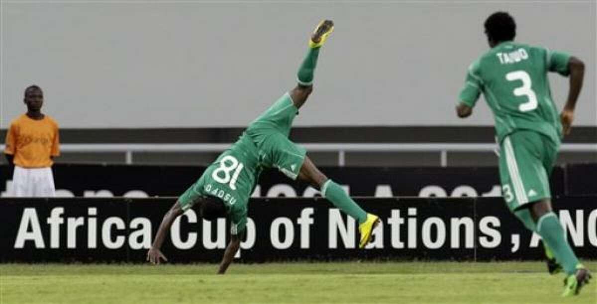 El jugador de Nigeria, Obinna Nsofor, izquierda, festeja un gol contra Argelia en la Copa Africana el sábado, 30 de enero de 2010, en Benguela, Angola.
