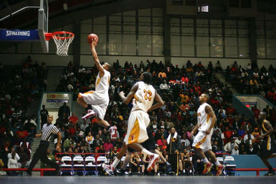 Yates' Joseph Young goes up for a powerful dunk. Young finished with 14 points. Photo: Michael Paulsen, Chronicle