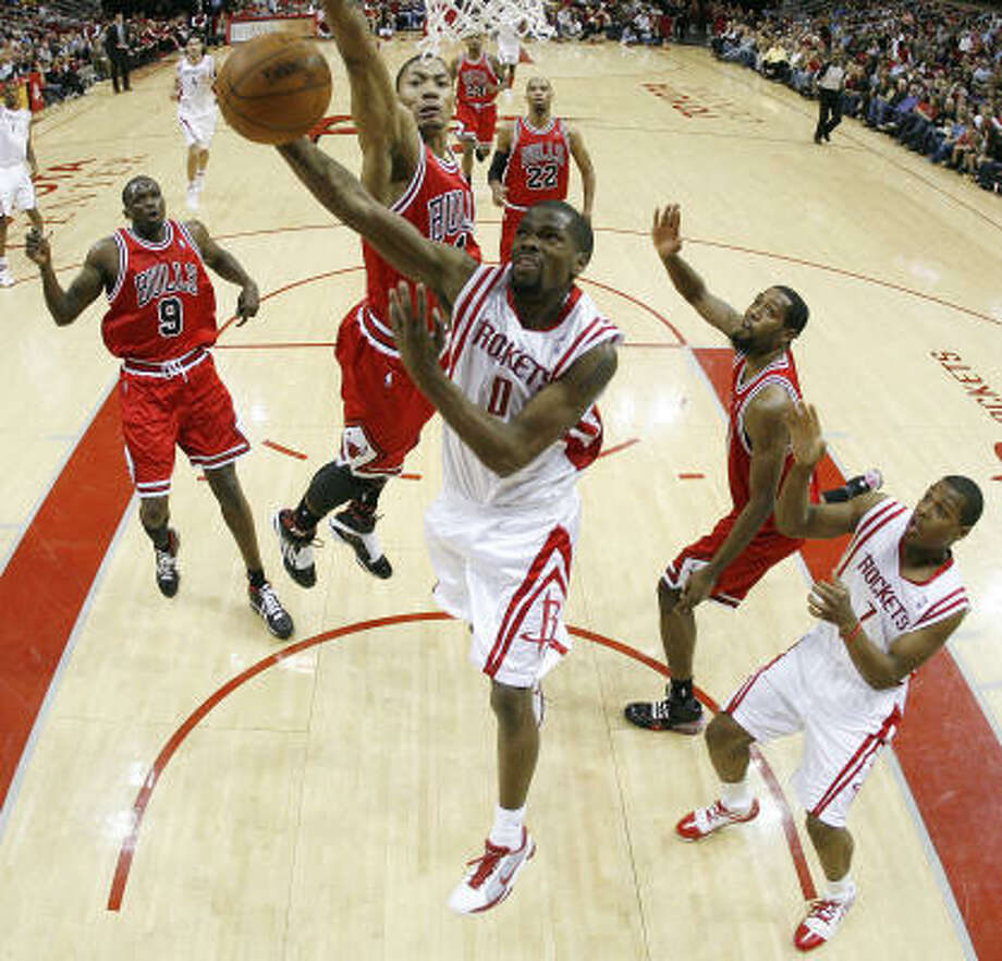 Rockets guard Aaron Brooks (0) scored 20 points in Saturday's game against the Chicago Bulls, but Houston dropped a 104-97 decision. Photo: Nick De La Torre, Chronicle
