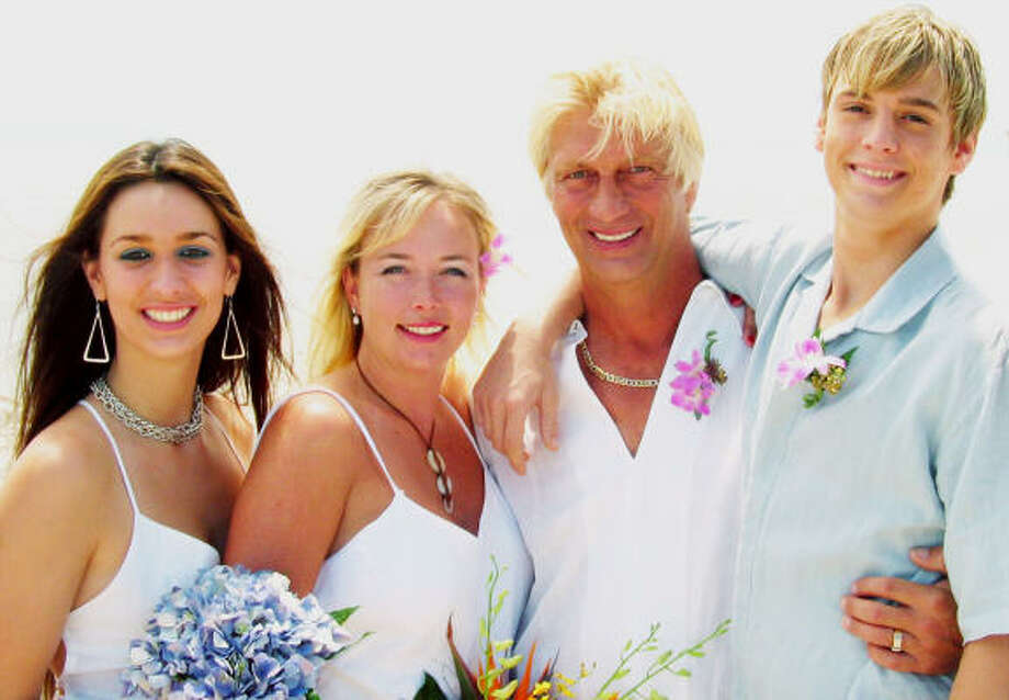 Singer Aaron Carter, right is seen here in 2004 with his dad Bob Carter, step-mom Ginger Elrod and his twin sister Angel, left. Photo: TOM OSTERHOUDT, AP