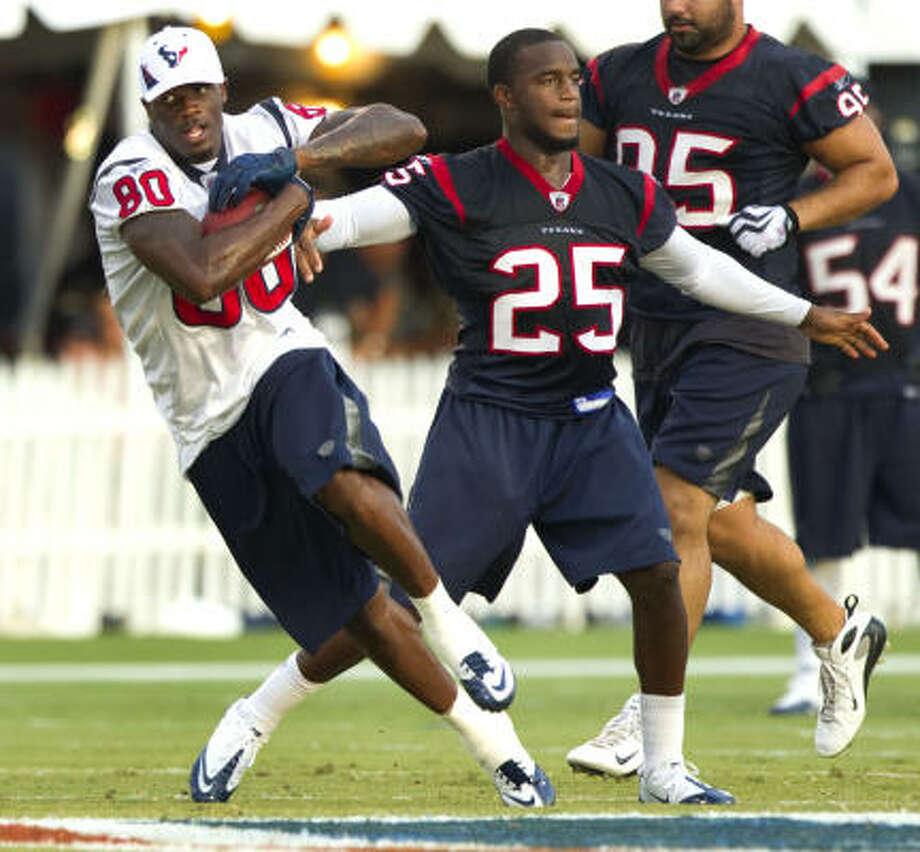 Texans wide receiver Andre Johnson runs past cornerback Kareem Jackson. Photo: Brett Coomer, Chronicle