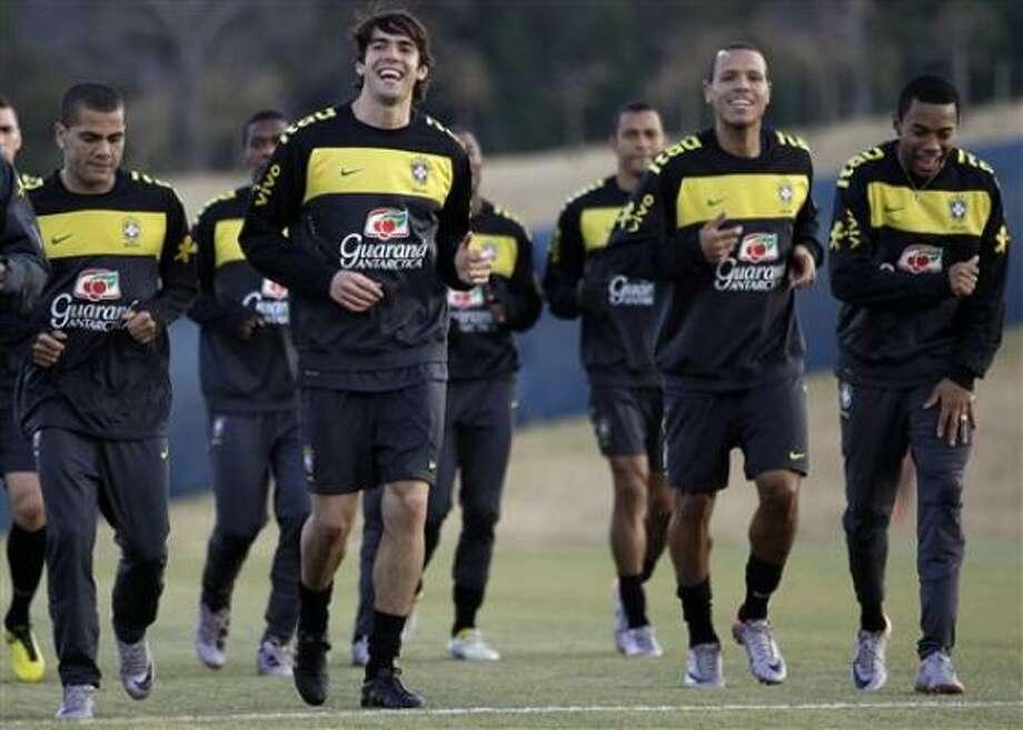 Los jugadores de Brasil, de izquierda a derecha, Dani Alves, Kaká, Luis Fabiano y Robinho corren en un entrenamiento el miércoles, 30 de junio de 2010, en Johannesburgo. Photo: Andre Penner, AP