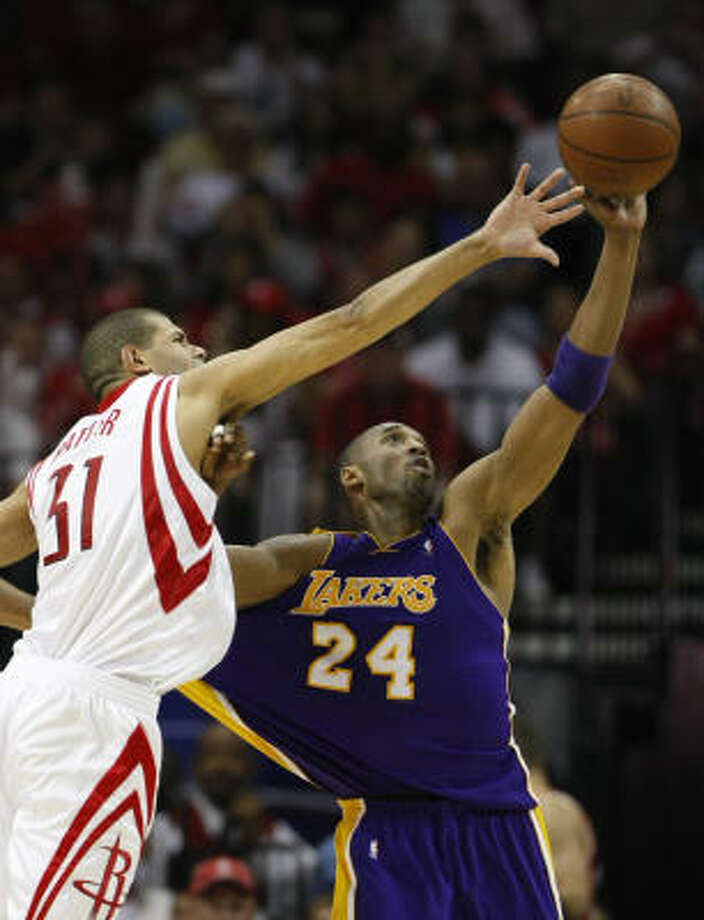 Rockets forward Shane Battier, left, harassed Lakers guard Kobe Bryant into his worst shooting day (7-for-17) and point total (15) of the series Sunday. Photo: Nick De La Torre, Chronicle