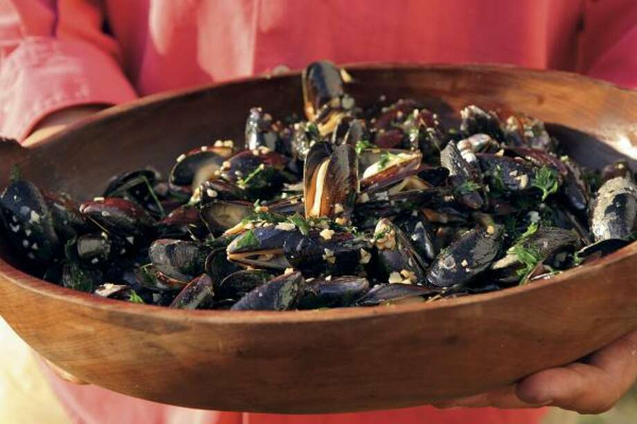 Mussels With Garlic and White Wine Photo: Santiago Soto Monllor | Artisan Books