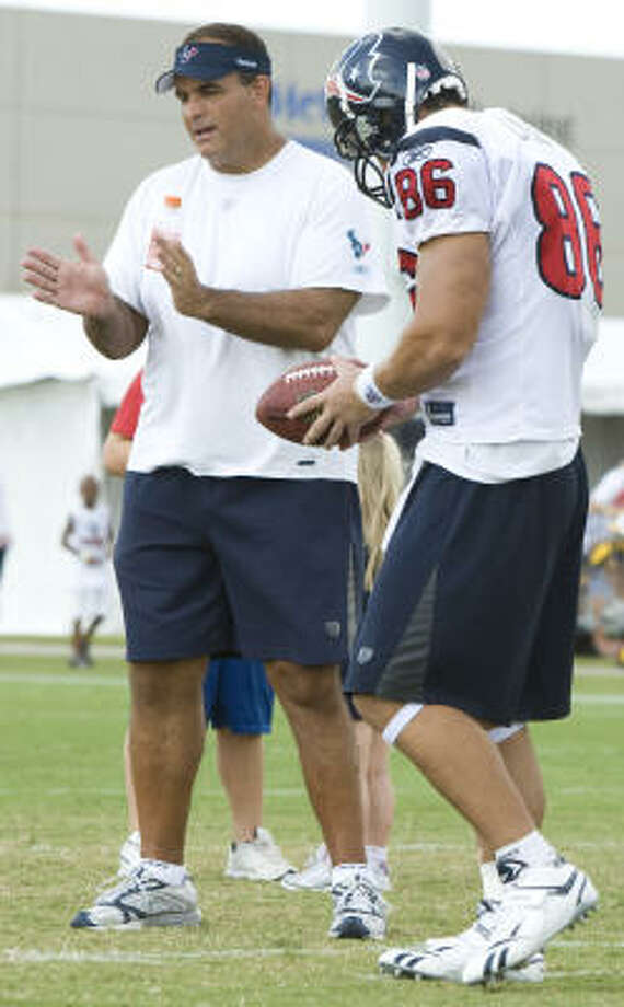 Texans offensive assistant and Hall of Famer Bruce Matthews, left, works with tight end James Casey during Saturday's practice. Photo: Brett Coomer, Chronicle