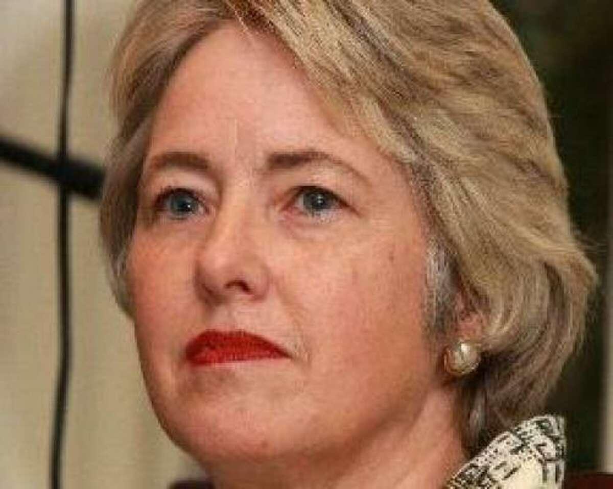 Annise Parker, contralora de la ciudad de Houston y candidata a alcalde en las elecciones de noviembre, dice que la ciudad ahorraría si la policía compra menos helicópteros y contrata a más policías.