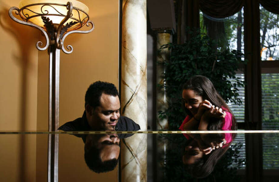 Gospel sensation and two-time Grammy winner Israel Houghton plays the piano while his daughter Mariah, 12, looks on. Photo: Michael Paulsen, Chronicle