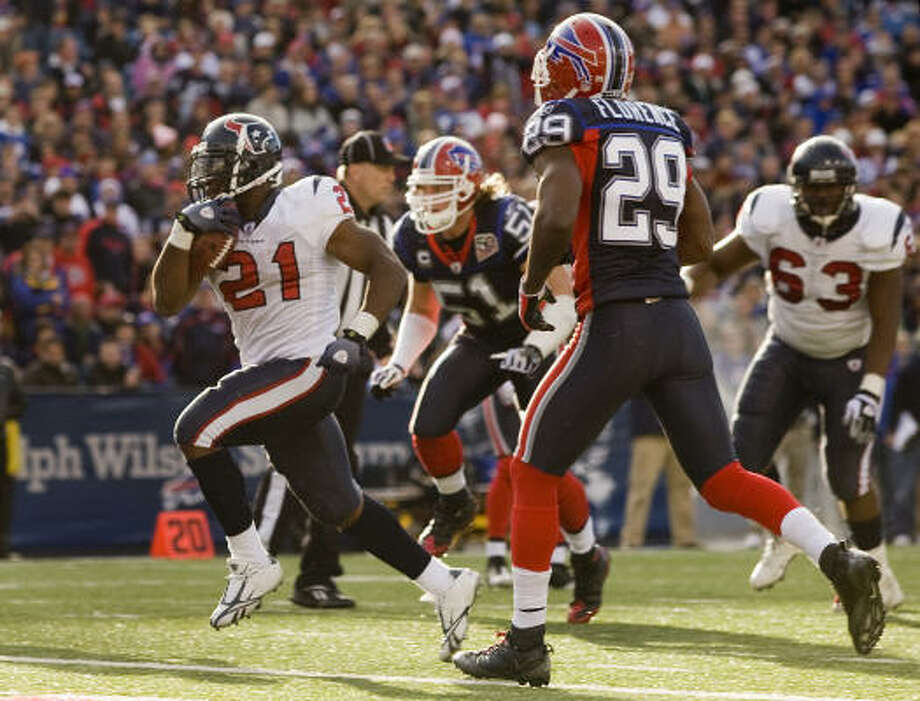 Texans running back Ryan Moats topped the century mark in yardage and scored three touchdowns in Buffalo. Photo: Smiley N. Pool, Houston Chronicle
