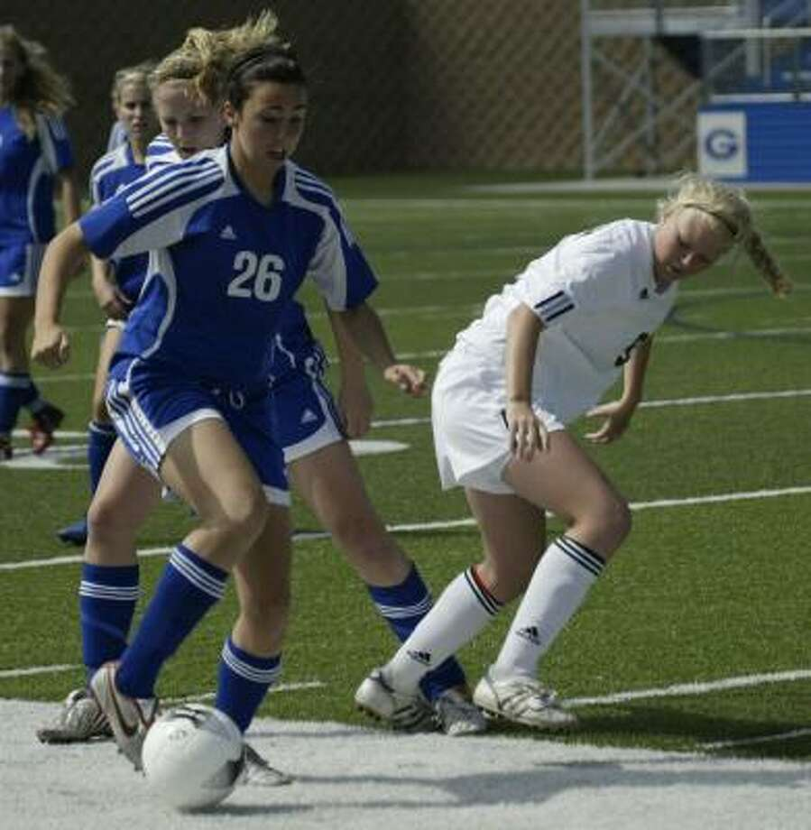 Friendswood's Makenzie Newkirk (26) advances the ball against Wichita Falls Rider in Thursday's state semifinal. Photo: Gerald James, Chronicle