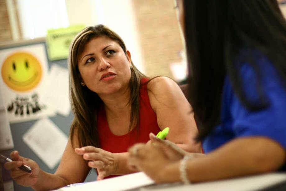 Isabel Tovar habla con una consejera del San Jacinto College sobre los cursos que debe tomar para alcanzar su objetivo: convertirse en un asistente legal. Photo: Evan White, Houston Chronicle
