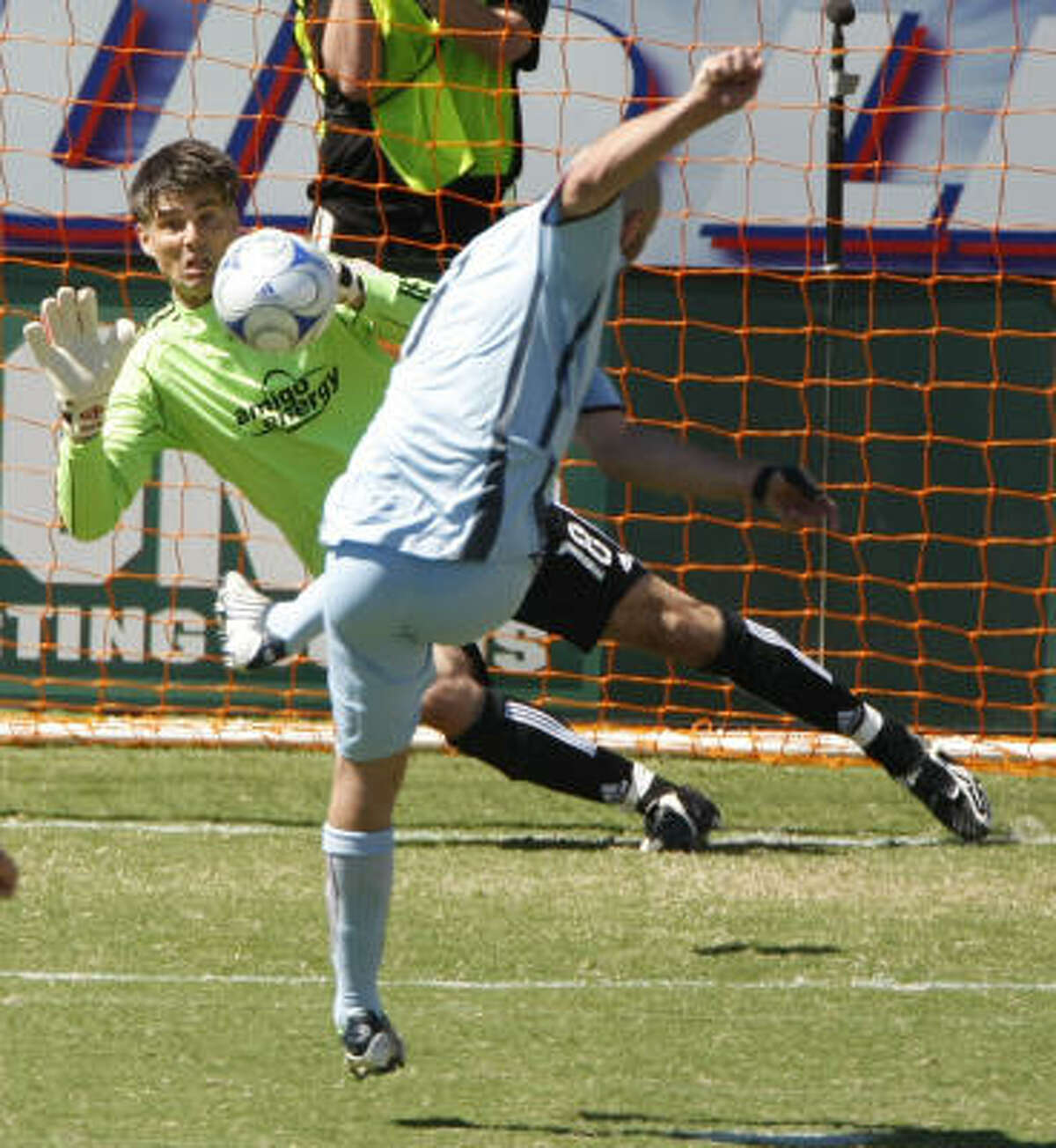 Goalkeeper Pat Onstad protects the Dynamo's 1-0 lead by stopping a penalty kick by the Rapids' Conor Casey.