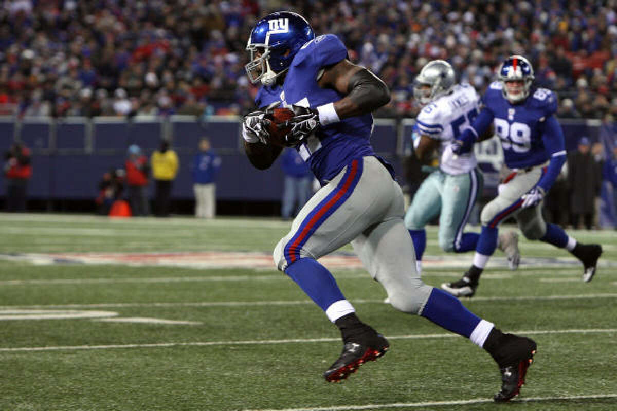 Giants running back Brandon Jacobs makes a reception for a 74-yard touchdown against the Cowboys.