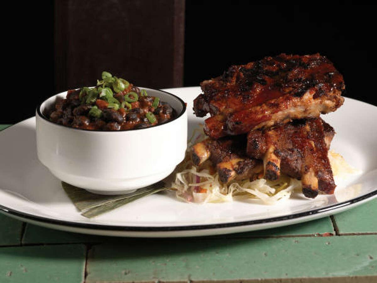 el plato principal: Para disfrutar mejor las costillas en salsa de barbacoa con chipotle acompáñalas con un delicioso plato de frijoles negros ya que esto neutralizará el sabor picante del adobo que cubre la carne.