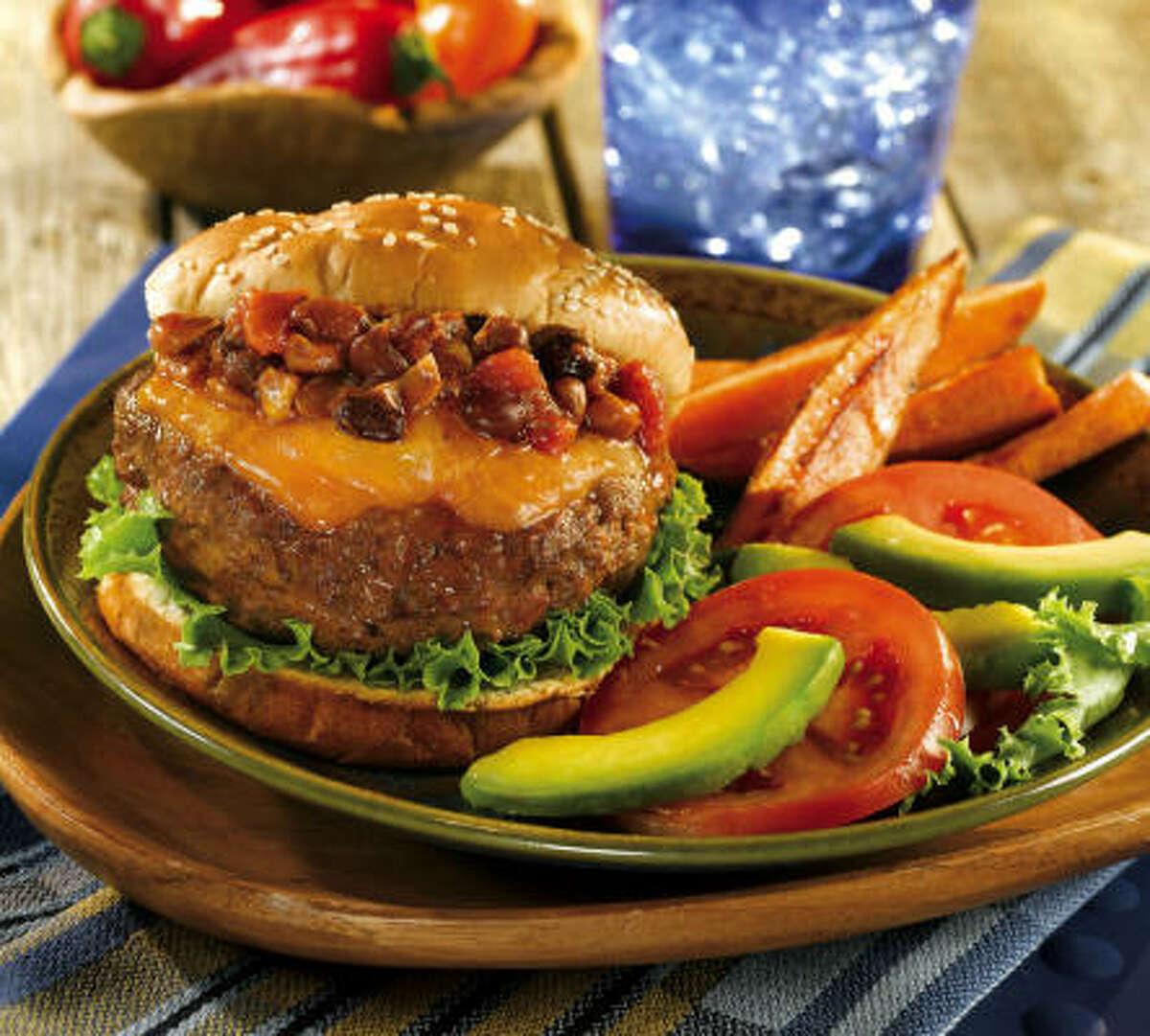 Plato completo: Tus hijos disfrutarán esta hamburguesa si, además de los frijoles, la acompañas con tomate y aguacate.