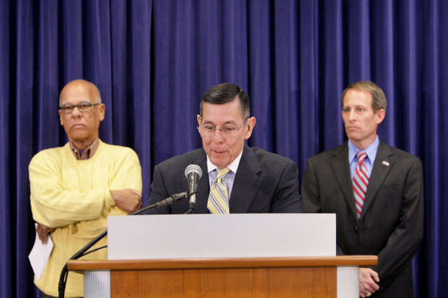 HISD superintendent  Abelardo Saavedra, center,  announces his plan to retire on March 31, 2010. Behind him are HISD board president Lawrence Marshall, left, and second vice president Greg Meyers. Photo: Melissa Phillip, Chronicle