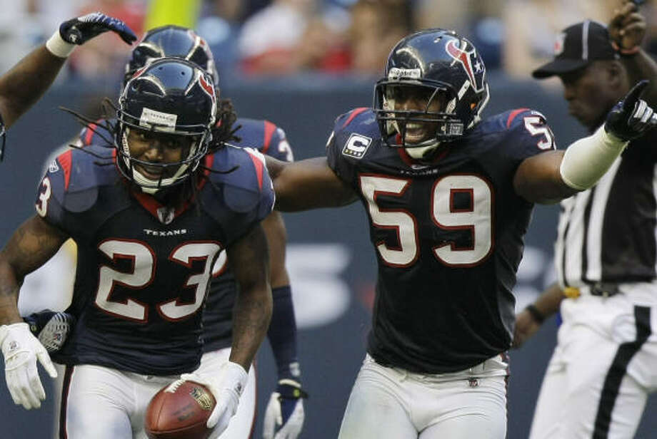 Dunta Robinson (23) and DeMeco Ryans (59) will not report to Texans non-mandatory conditioning. Photo: Brett Coomer, Houston Chronicle