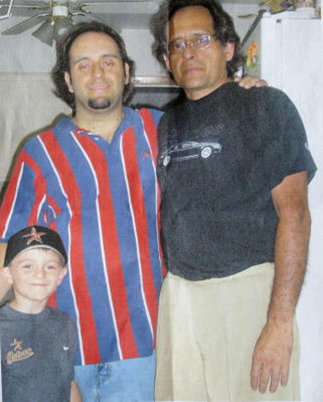 Juan González (centro), con su hijo, Anthony González (izq.) y su padre, el médico Jorge Mario González, quien murió baleado el sábado en su rancho en Bellville.