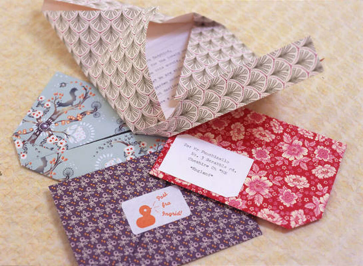 Use any pattern of paper to create special delivery self-mailing notes. The project by Darling Clementine is featured in handmade hellos by Eunice Moyle and Sabrina Moyle.