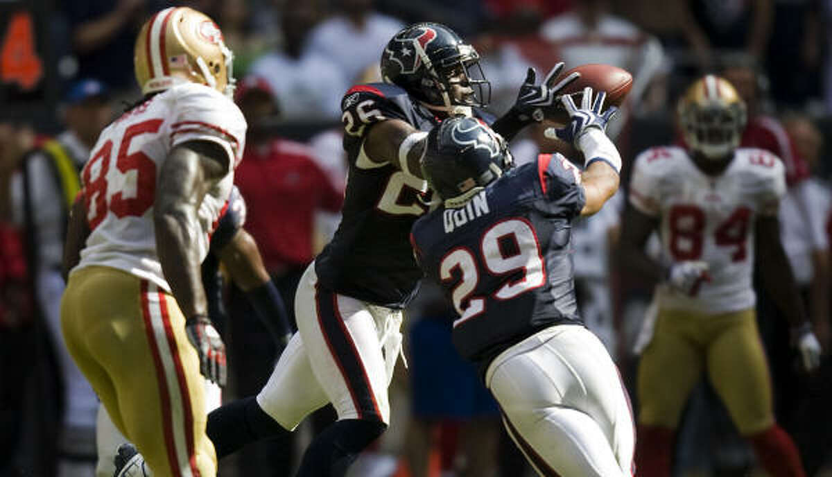 Texans safety Eugene Wilson (26) intercepts a pass with 23 seconds left to seal the 24-21 victory.