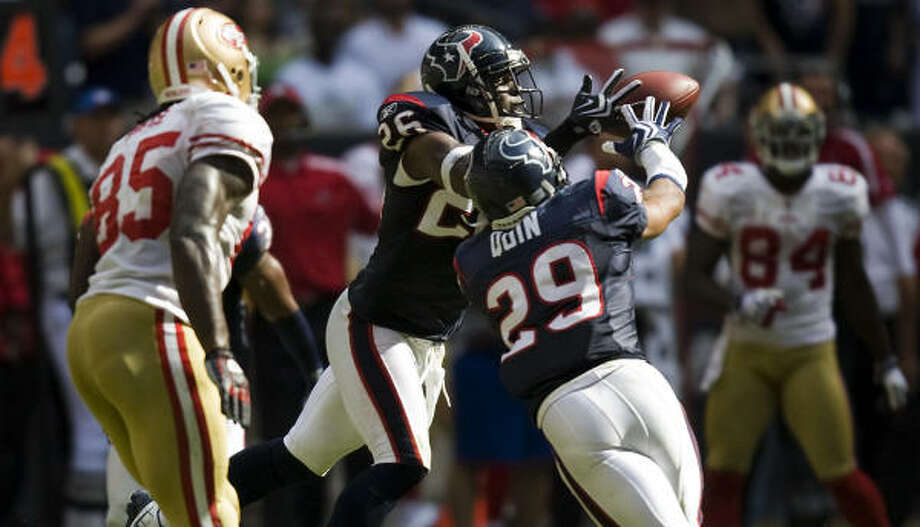Texans safety Eugene Wilson (26) intercepts a pass with 23 seconds left to seal the 24-21 victory. Photo: Smiley N. Pool, Chronicle