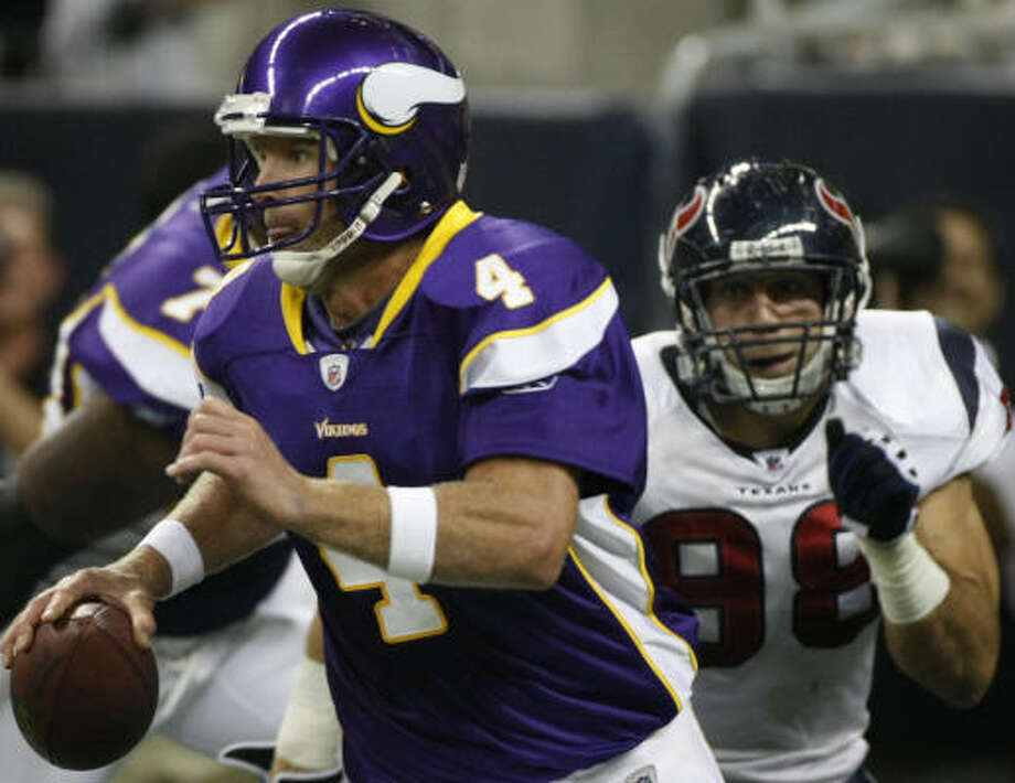 Vikings quarterback Brett Favre played three quarters despite a report that he had a possible cracked rib. Photo: Nick De La Torre, Chronicle