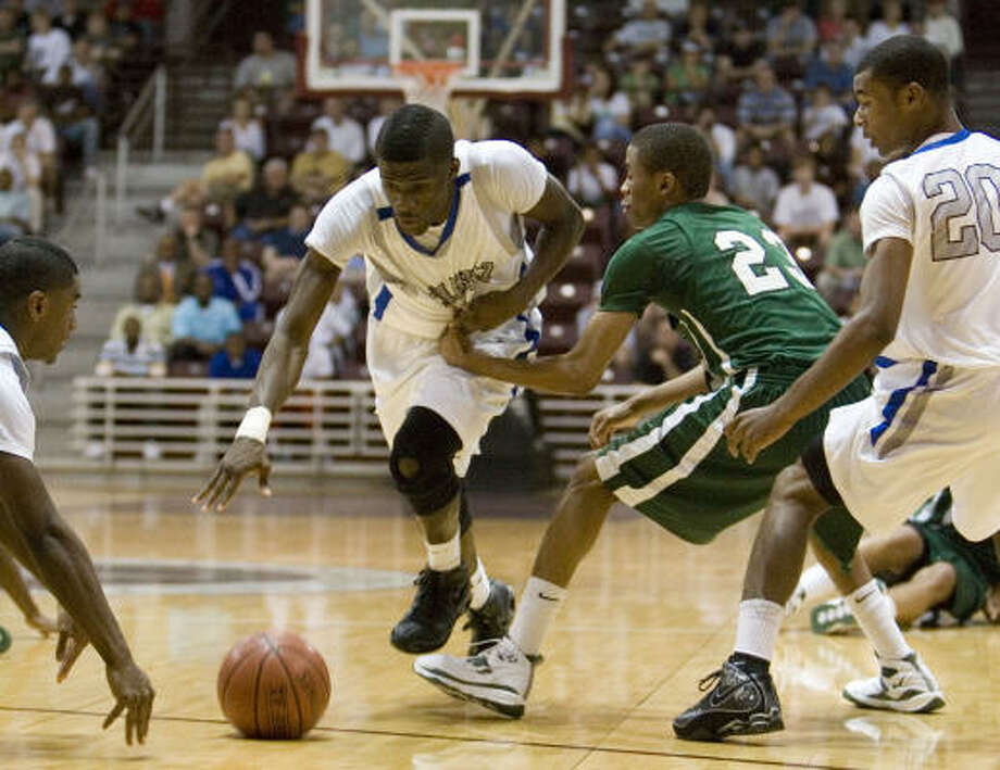 Chavez's Eze Akwari (32) attempts to regain possession of the ball against Strake Jesuit's Tim Frazier (23) in the first half of the 5A Region III final. Strake edged out a 59-58 win. Photo: Eric Kayne, Chronicle