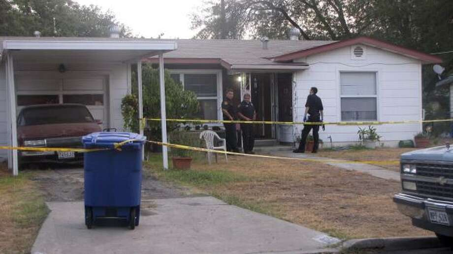 San Antonio police investigate the gruesome crime scene at the home where a newborn was fatally stabbed early Sunday. Photo: Eva Ruth Moravec, San Antonio Express-News