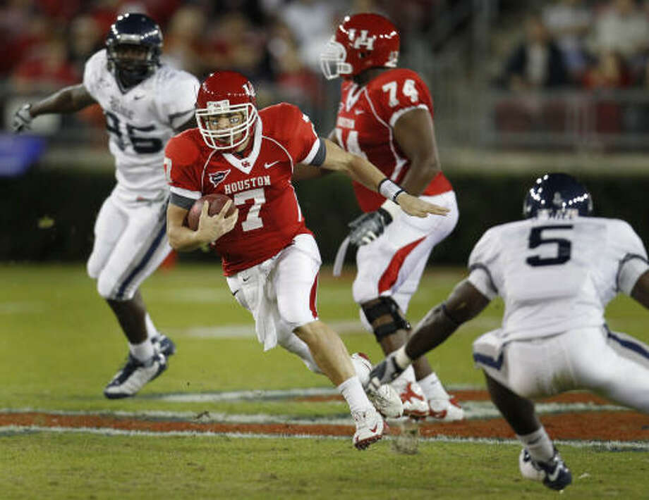 UH quarterback Case Keenum (7) pads his rushing stats in the first quarter. Photo: Karen Warren, Houston Chronicle