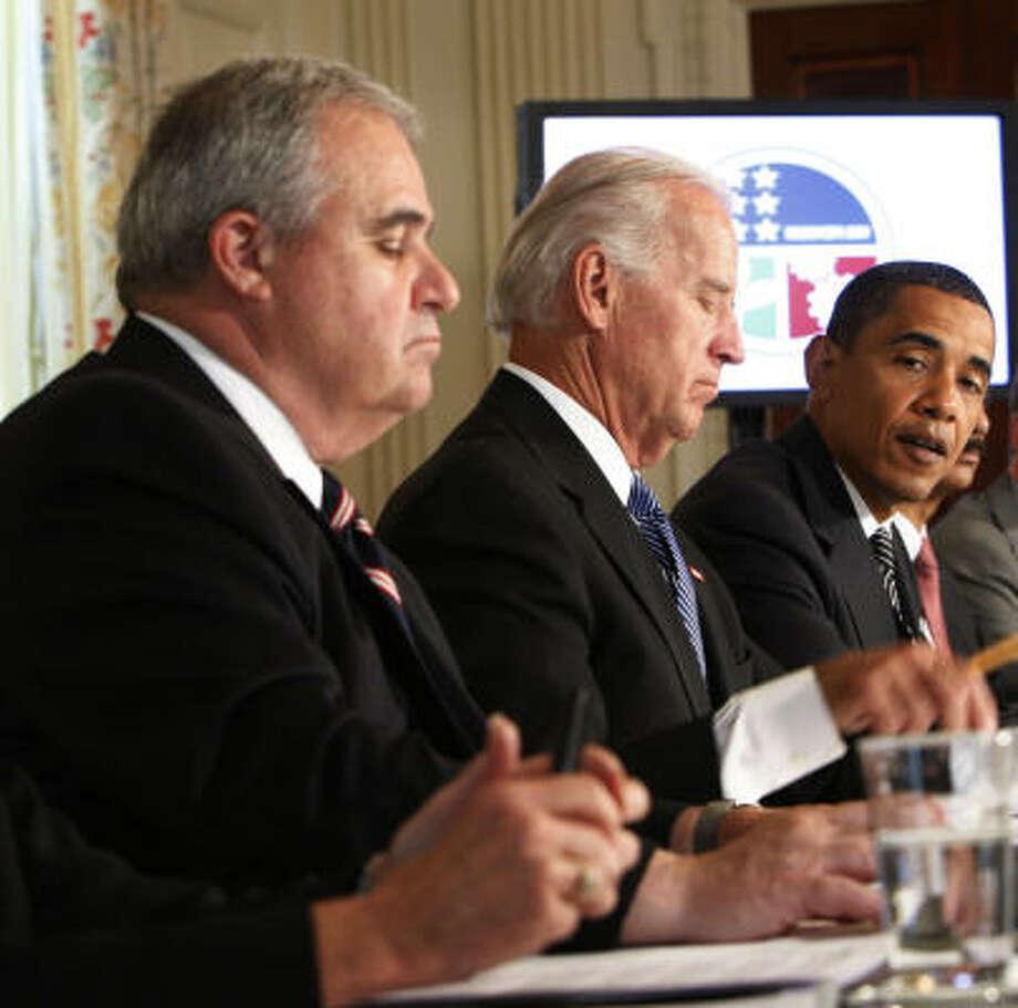 Joe Biden (center) meets with President Barack Obama and the Cabinet on Monday. Photo: Pablo Martinez Monsivais, AP