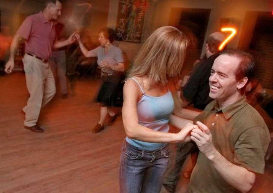 La pista de Sauté está llena de parejas dispuestas al goce del baile, en la foto de izq. a der., Susana Collins y Ken Heil. Photo: Bill Olive, Para La Vibra