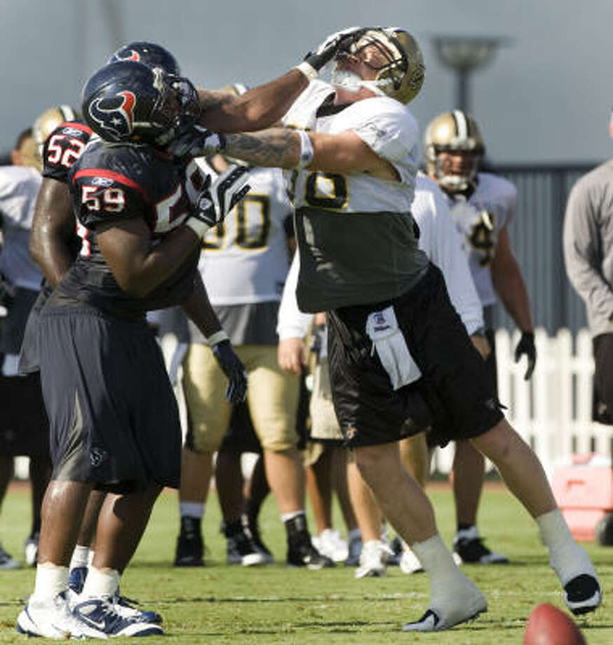 Texans linebacker DeMeco Ryans and New Orleans Saints tight end Jeremy Shockey get into a fight during Thursday's morning workout. Photo: Brett Coomer, Chronicle