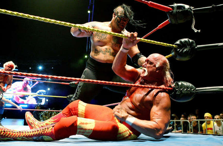 Edward Fatu prepares to hit Hulk Hogan in a bout during his Hulkamania Tour at the Burswood Dome on Nov. 24 in Perth, Australia. Photo: Paul Kane, Getty Images