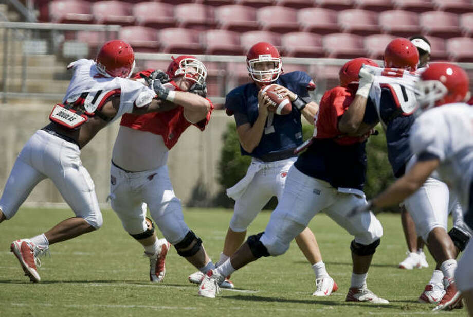 UH quarterback Case Keenum (center) completed nine of 11 passes for 111 yards during Saturday's scrimmage. Photo: James Nielsen, Chronicle