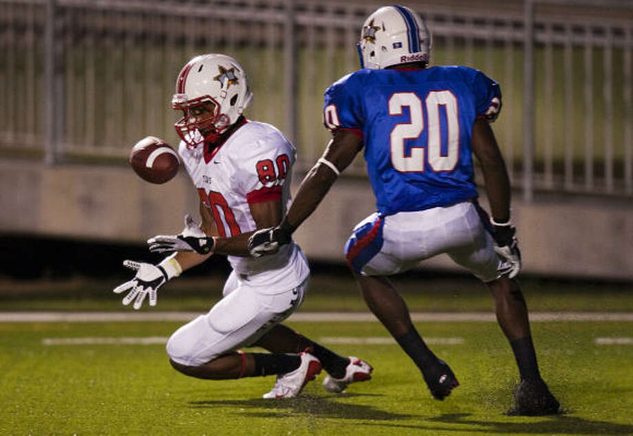 Elkins' Nick Harwell hauls in a 28-yard touchdown pass in front of Louisiana's Radarius Wilson. Photo: Smiley N. Pool, Chronicle