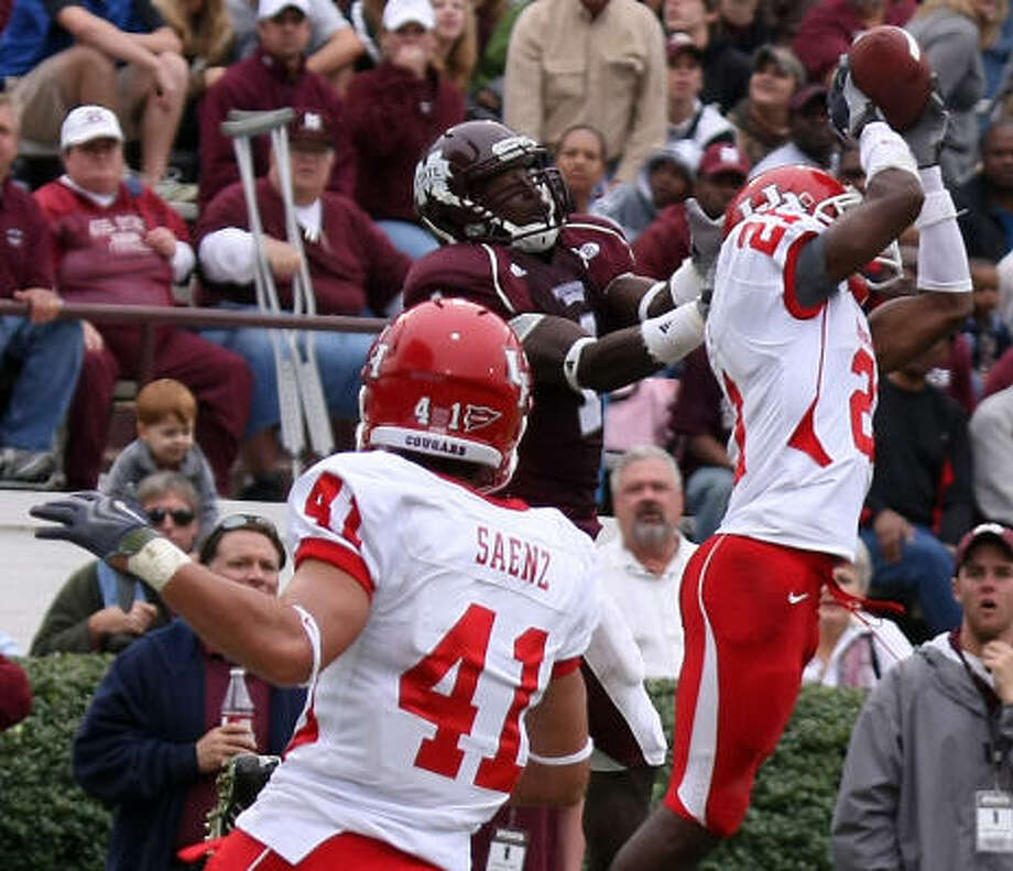 Benched early in the season, UH cornerback Brandon Brinkley, right, has been a force lately, including grabbing two interceptions in a win at Mississippi State on Saturday. Photo: Kerry Smith, AP