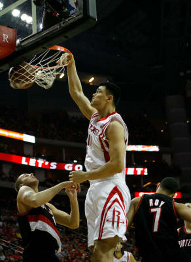 Yao Ming dunks to start the first quarter of Game 4. Photo: Nick De La Torre, Chronicle