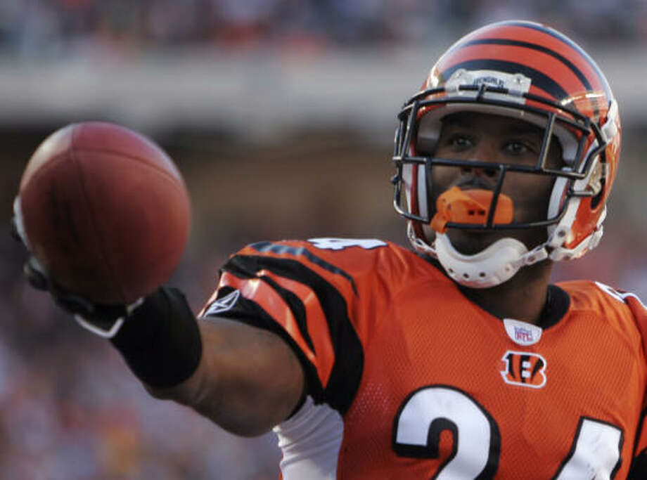 Deltha O'Neal played for the Cincinnati Bengals in between stints with the Broncos and Patriots. Photo: DAVID KOHL, AP