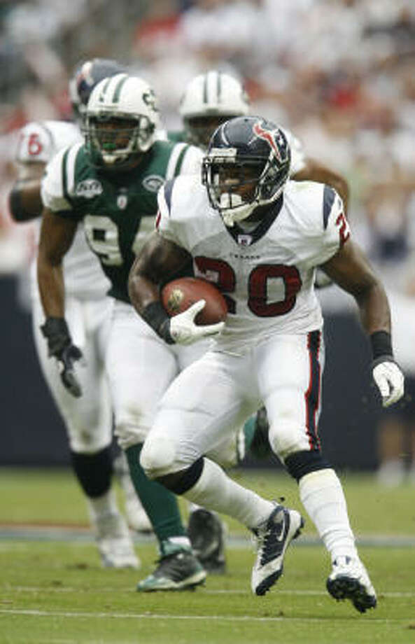 The Texans did average a sickly 2.9 yards per rushing attempt, and Steve Slaton continues to look like a shadow of the 2008 version of Steve Slaton. Photo: Karen Warren, Chronicle