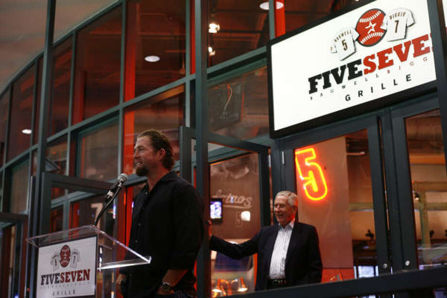Former Astros great Jeff Bagwell, left, and team owner Drayton McClane, right, unveil a new restaurant at Minute Maid Park called FiveSeven Grille. Photo: Michael Paulsen, Chronicle