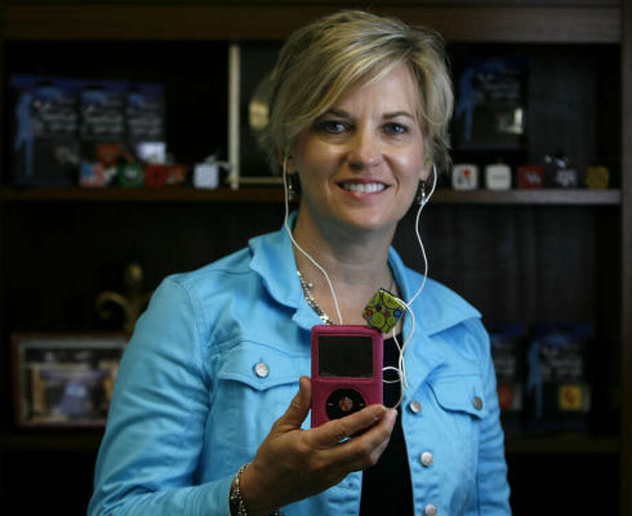 Julie Johnson Barkley, the inventor of the Earbud Yo-Yo, uses her product, which keeps iPod ear-buds from getting tangled. Photo: Karen Warren, Chronicle