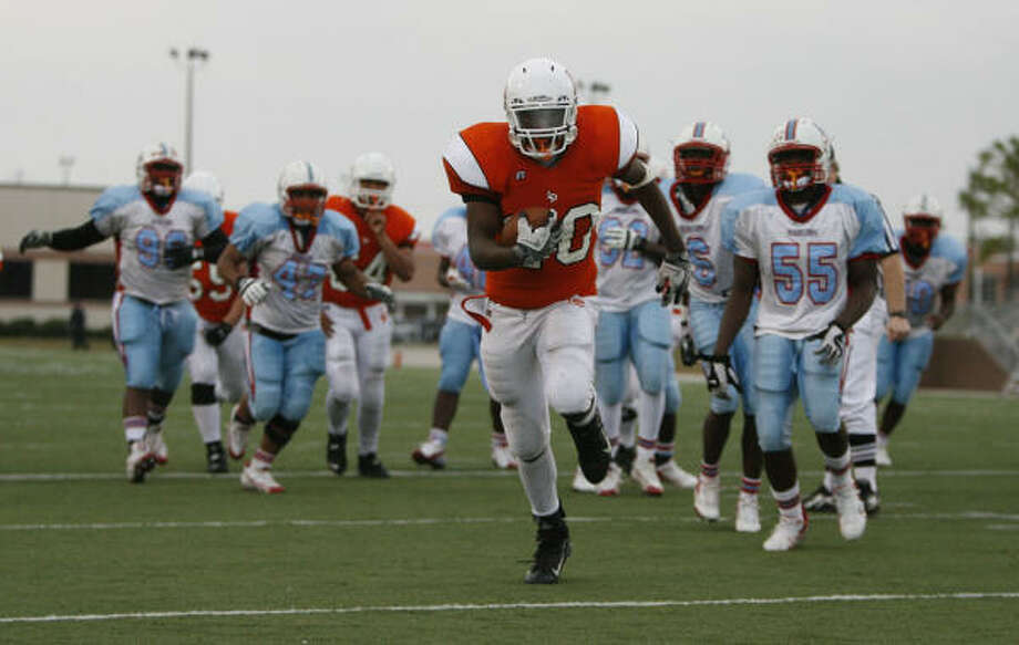 La Porte running back Kendrick Perkins, center, has the potential to reduce opponents to spectators. Photo: Julio Cortez, Houston Chronicle