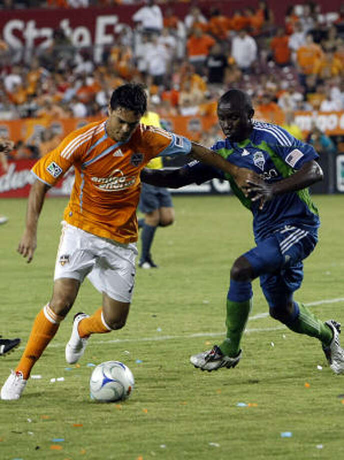 The Dynamo's newest addition, Luis Angel Landin, left, battles for the ball in the second half. Photo: Johnny Hanson, Chronicle