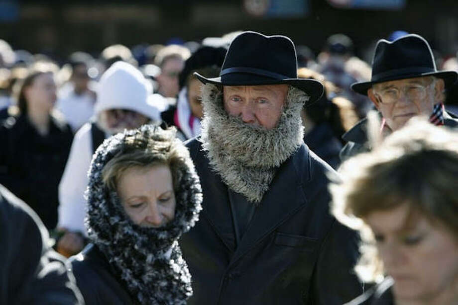Milton and Edie Pullen of Malibu, Calif., wait outside Hobby Airport in the cold. Photo: JAMES NIELSEN, Chronicle