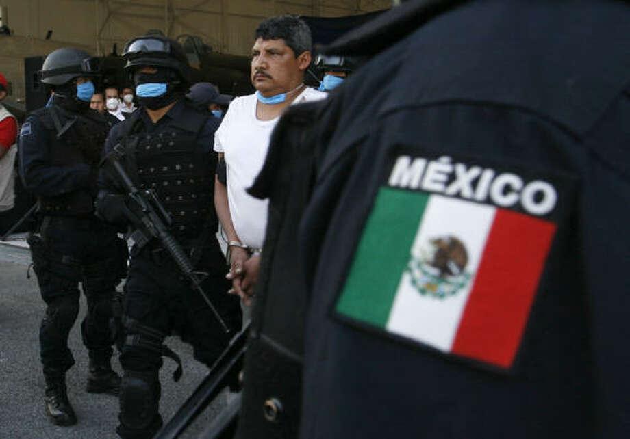 Gregorio Sauceda Gamboa, centro, narcotraficante del Cártel del Golfo, tras su detención en México, hace un mes. Gamboa era policía judicial y está considerado presunto miembro de los Zetas. Photo: Marco Ugarte, AP
