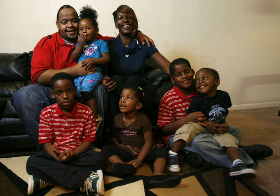 LaLangula Johnson and husband Dominick Williams (holding Alasia, 2) with, from left, DeShun, 9; Alanuh, 3; Dominick Jr, 9; and Alex, 3. Photo: Karen Warren, Chronicle