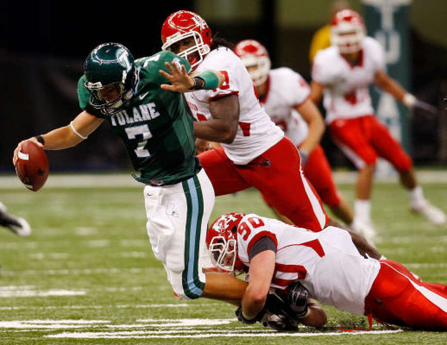 Tulane had trouble getting on track against UH, with quarterback Joe Kemp feeling the heat from Zeke Riser on this play. Photo: Chris Graythen, Getty Images